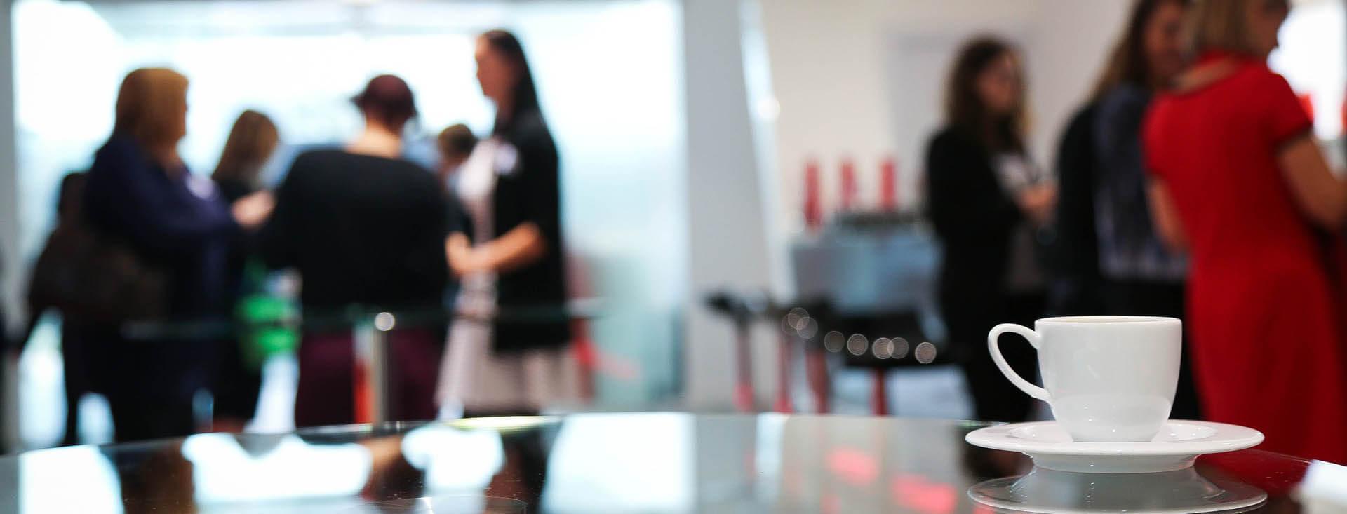 Relax in pausa aziendale con tazzina di caffé in primo piano